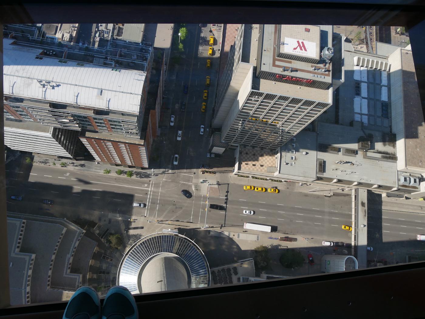 Calgary Tower dans le vide