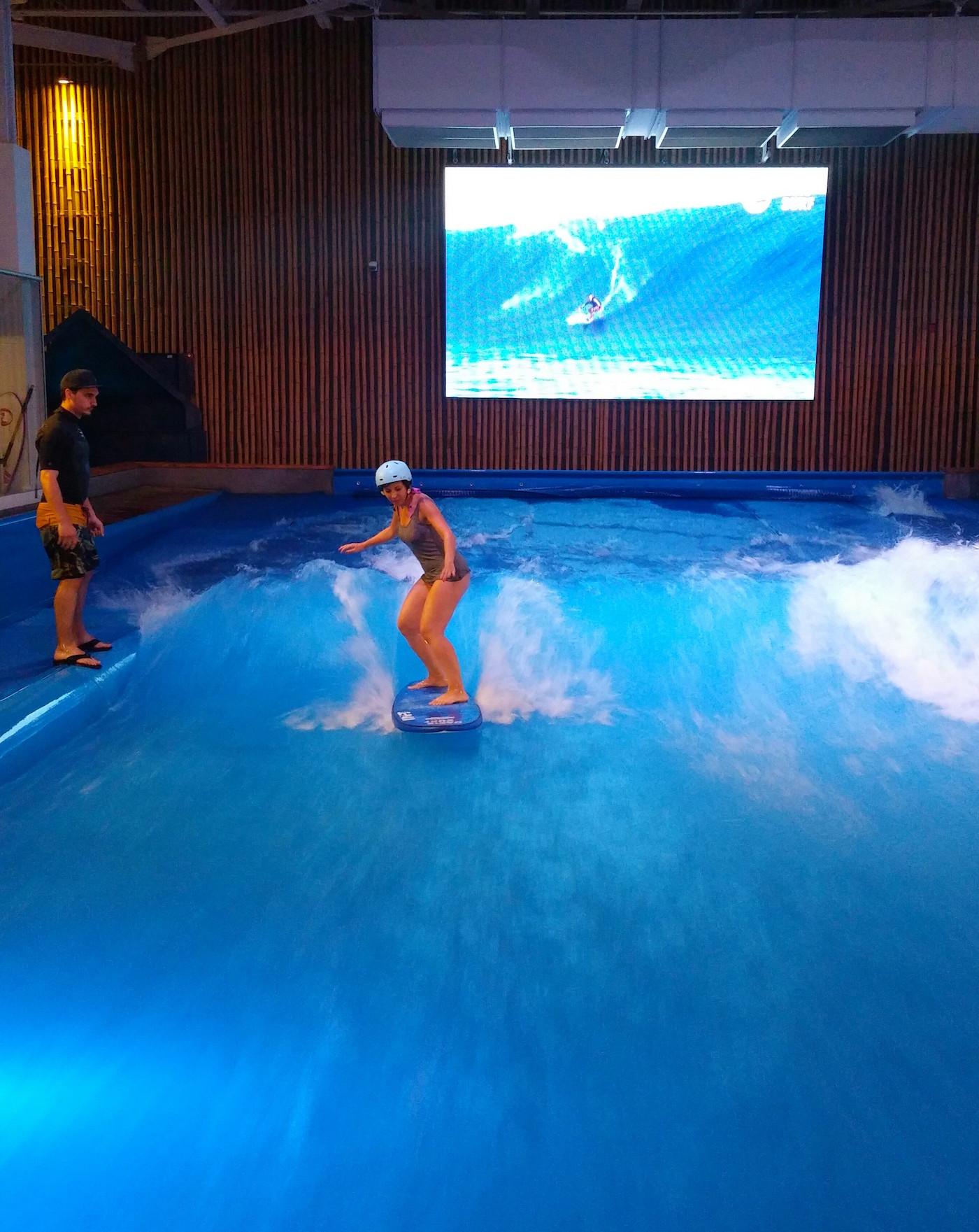activité de surf en piscine à Montréal
