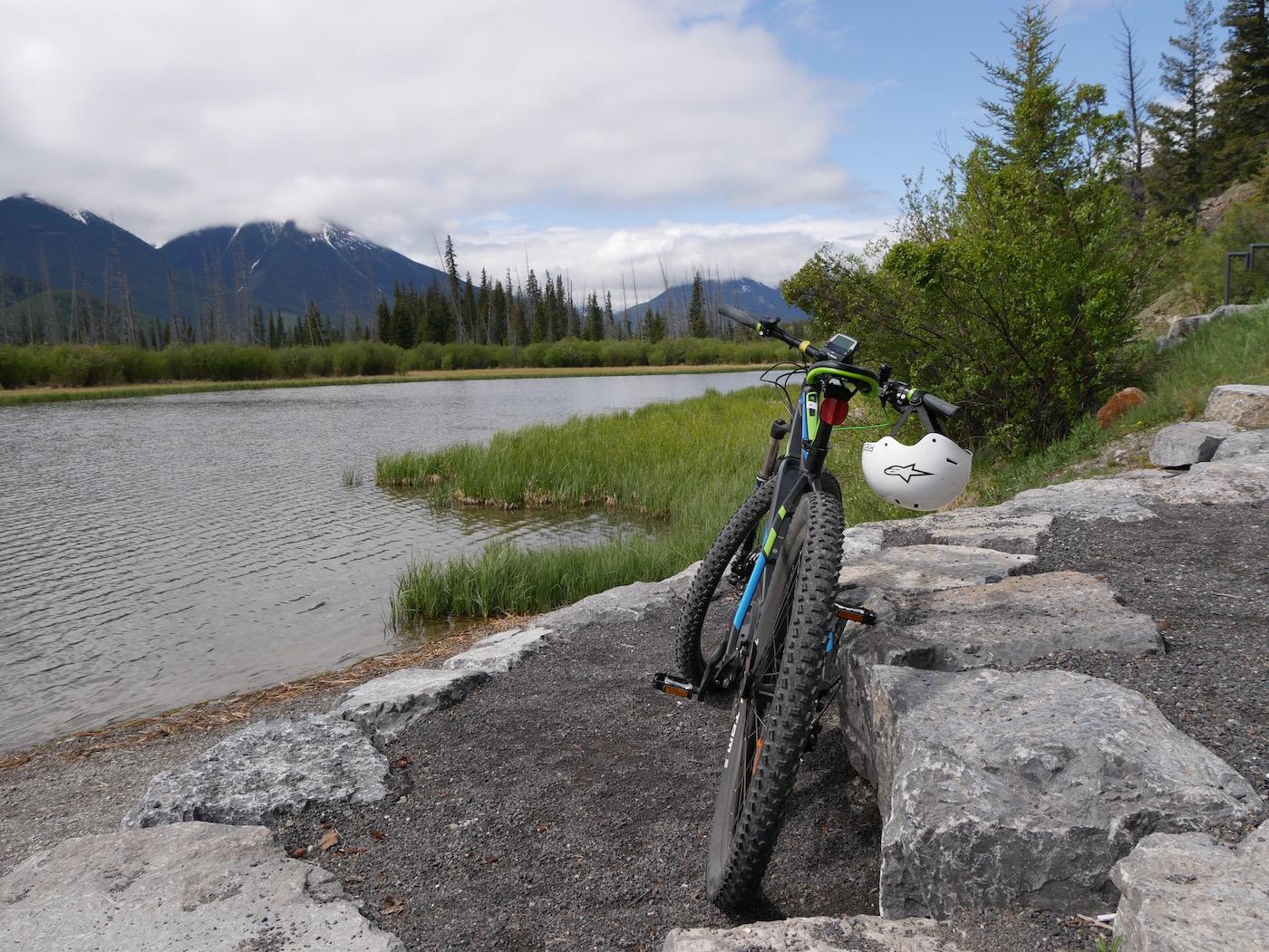Rivière Bow Rocheuses Canadiennes en vélo