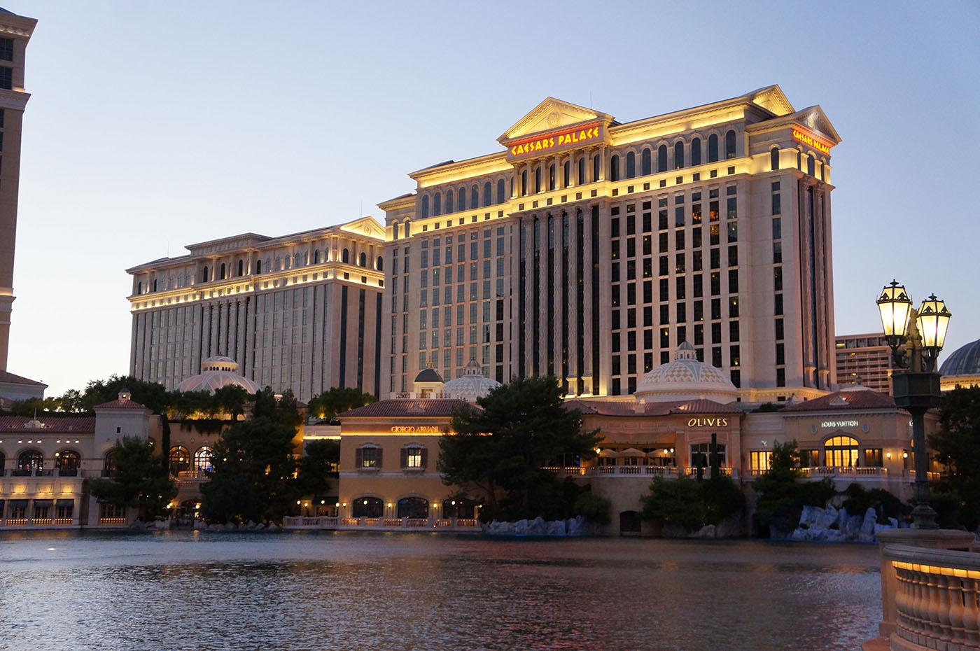 Le Caesars Palace vue de nuit tout illuminé