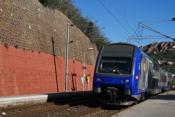 blog voyage partons en voyage comment acheter des billets de train moins cher ! Photo prise dans la gare d'Agay dans l'Esterel