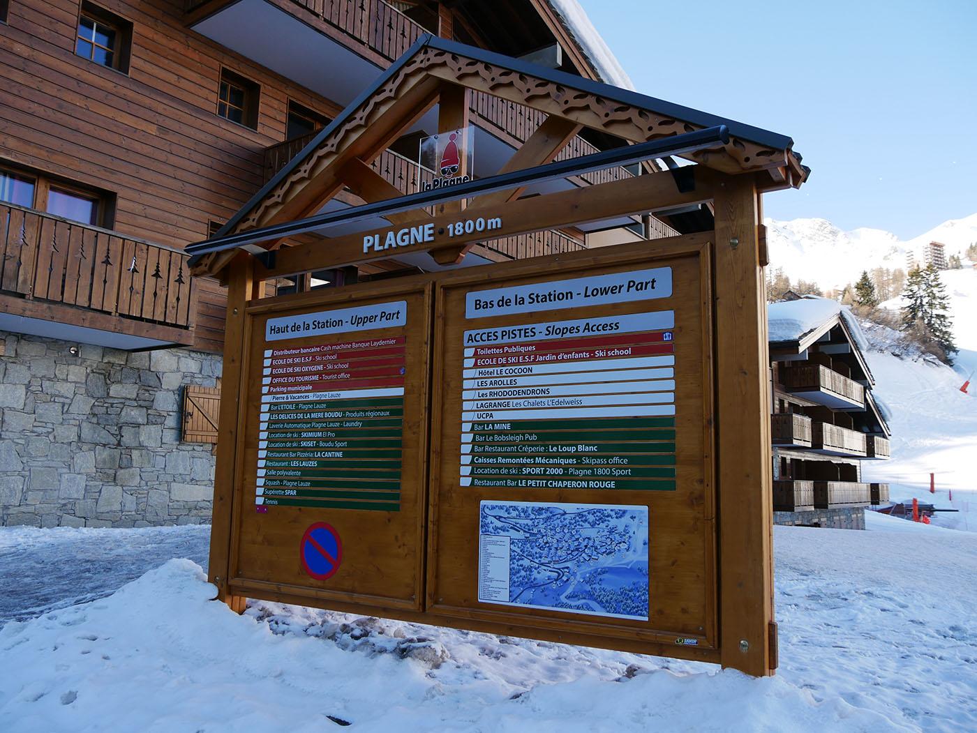 Panneau de La Plagne 1800 avec tous les commerces, disponibles ainsi que les locations de matériel de ski et cours de ski !