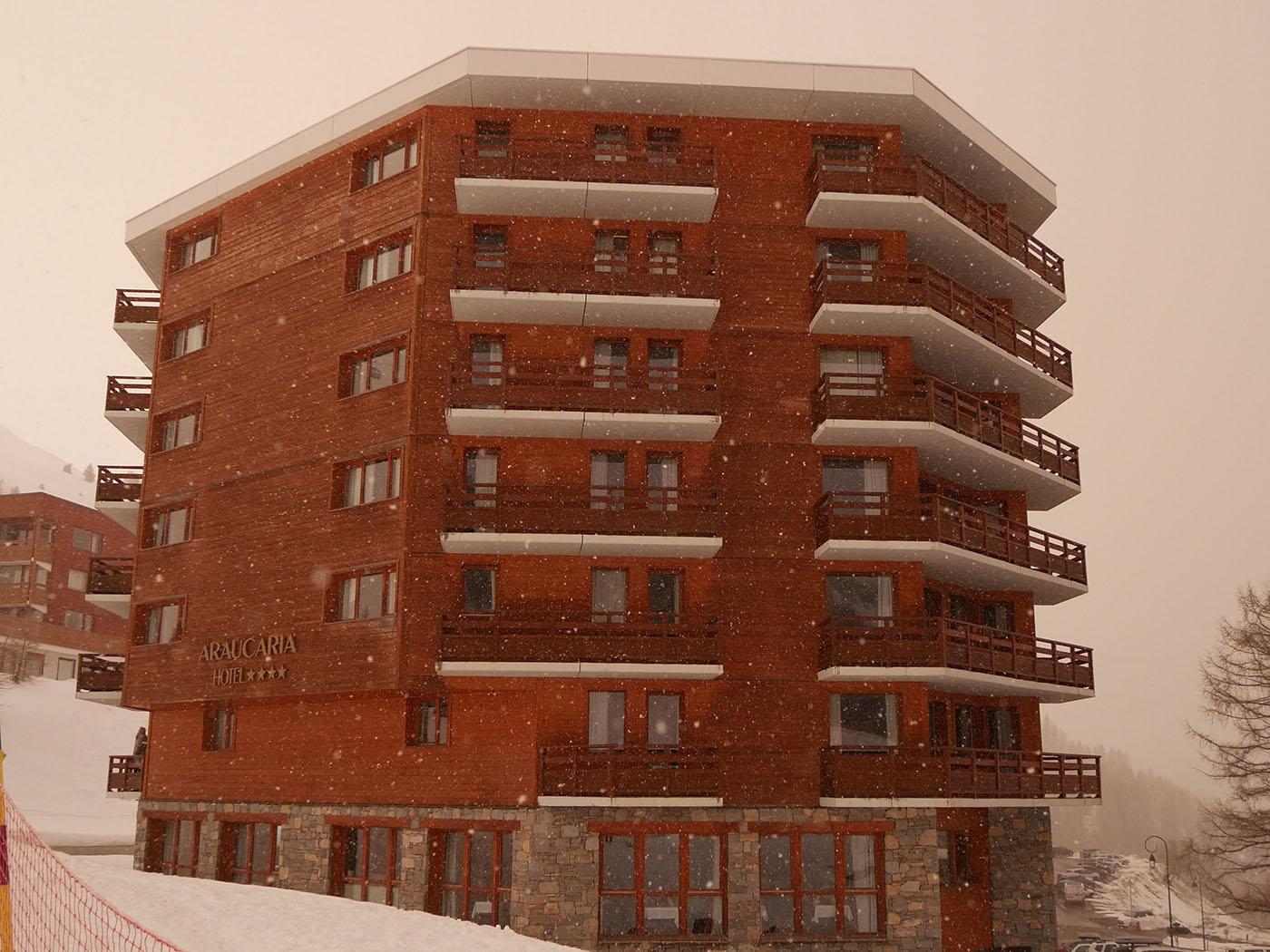 Hotel Araucaria & Spa de La Plagne sous la neige lors de vacances au ski au mois de mars