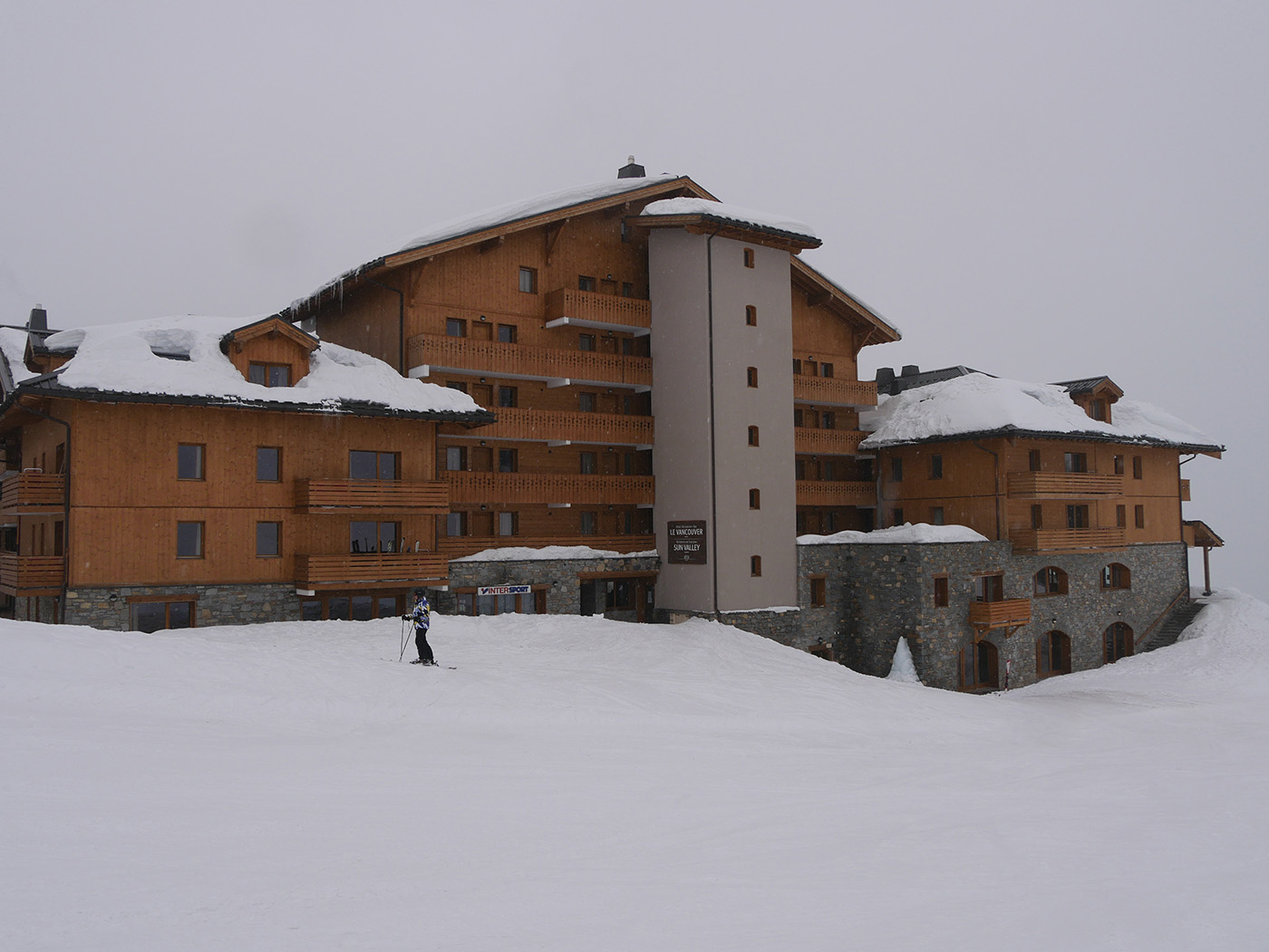Hotel Le Vancouver à La Plagne Soleil lors d'une journée de tempête de neige sur les pistes de ski