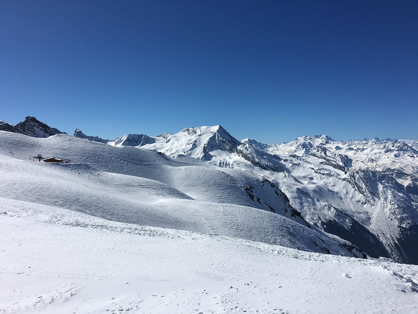vue sur des pistes de ski et sa chaîne de montagnes accessibles avec un forfait de ski paradiski