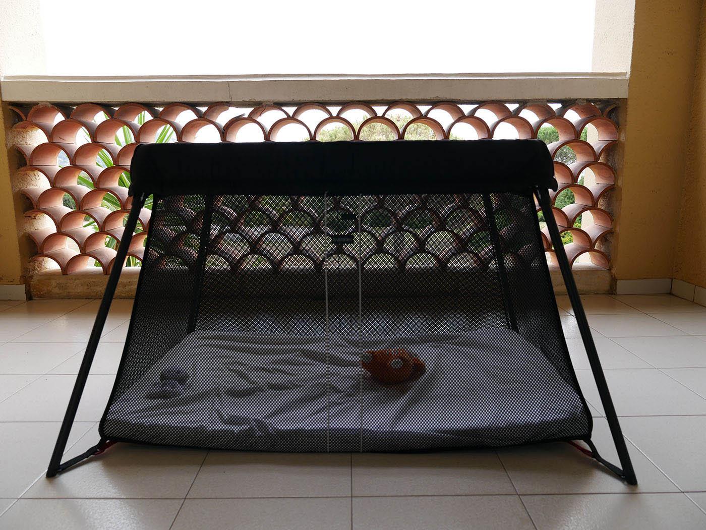 le lit parapluie le plus léger et confortable à mettre dans sa liste de naissance pour les achats bébé !