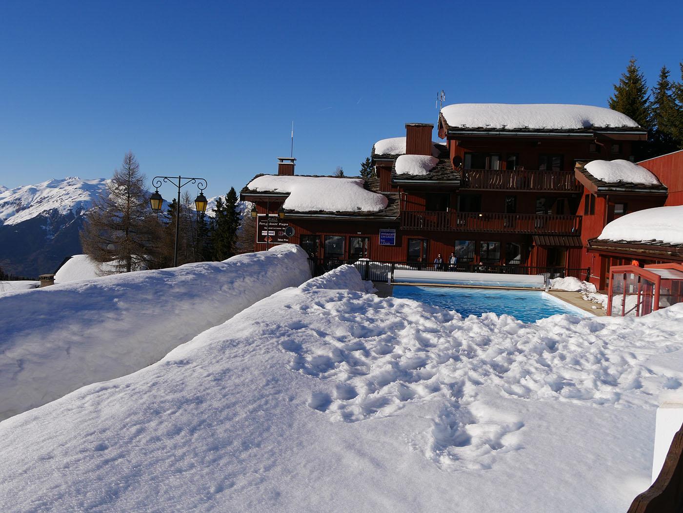 Résidence Pierre et Vacances à La Plagne, située à la Plagne 1800 avec piscine ! Une location de vacances idéales pour un séjour au ski.