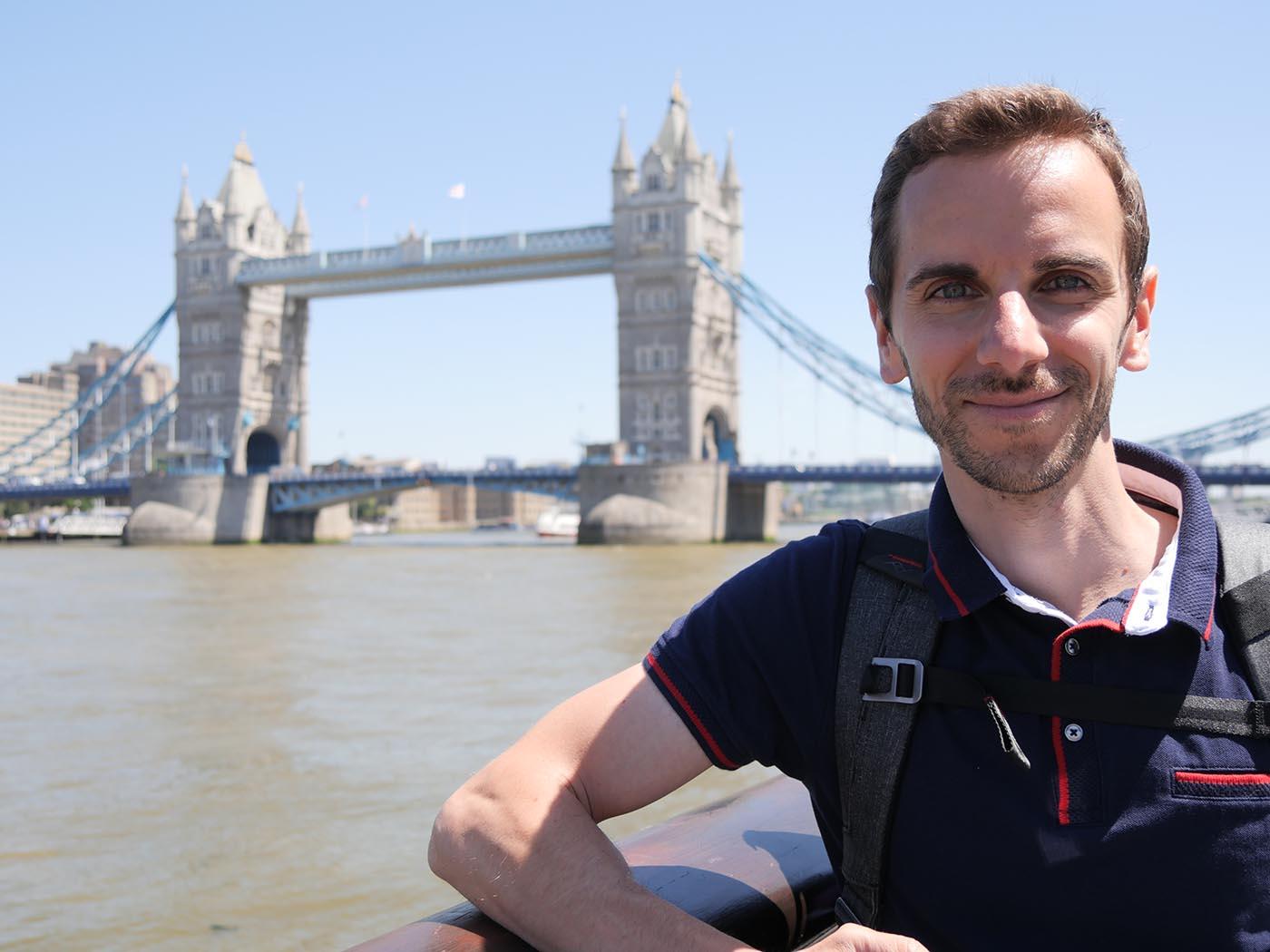 portrait devant la Tamise et Tower Bridge